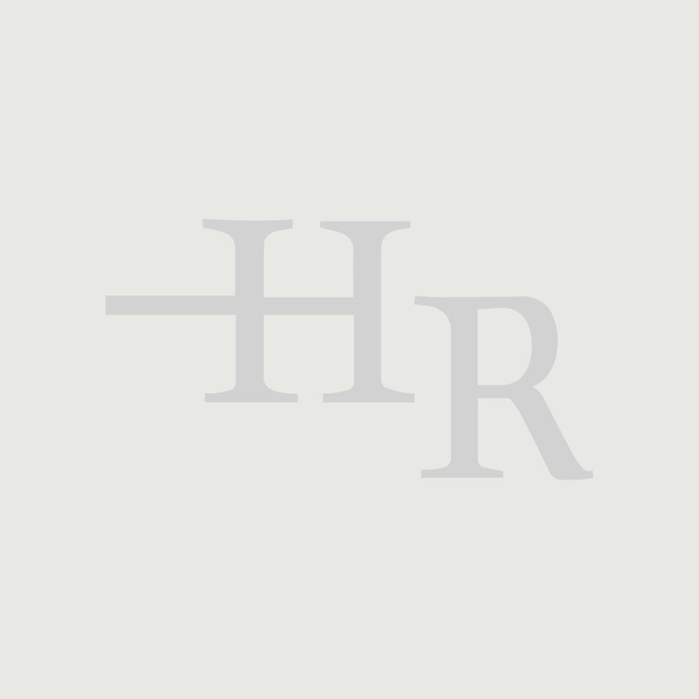 Traditionelle Toilette mit Spülkasten und Holzsitz