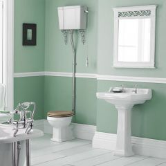 Klassische Toilette mit hohem Spülkasten und Keramikwaschtisch 2-Loch