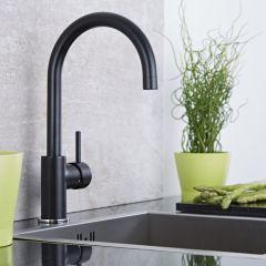 Schwenkbare Küchenarmatur in Schwarz und Chrom