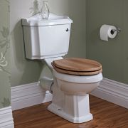Traditionelle Toilette mit Toilettenbrille und Spülkasten