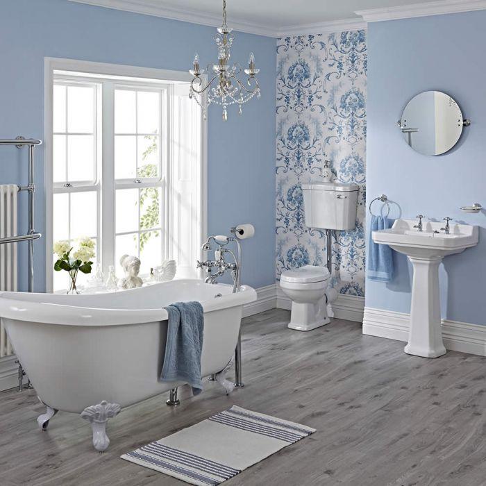 Traditionelle Badausstattung - mit Stand-WC, Stand-Waschbecken, freistehender Badewanne, Armaturen und weißen Löwenfüßen - Carlton