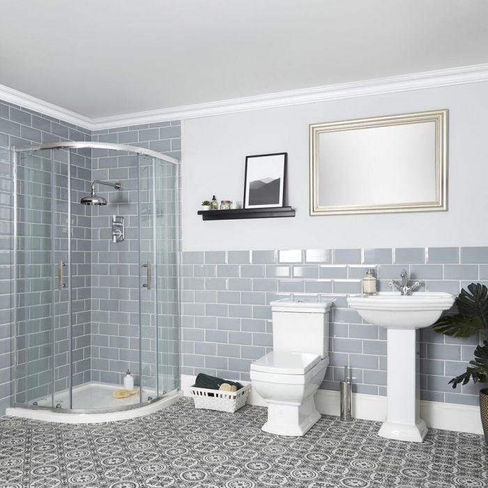 Traditionelle Badeinrichtung mit Viertelkreisduschkabine, WC und Standwaschbecken - Chester