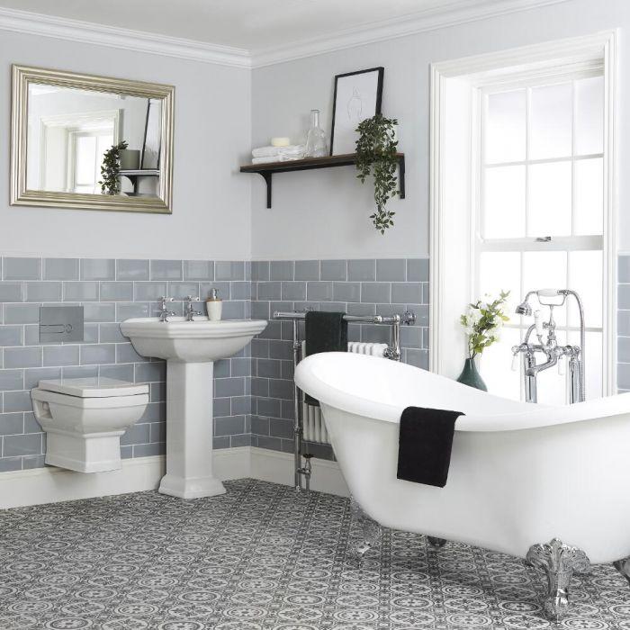 Traditionelle Badeinrichtung mit freistehender Badewanne, Hängetoilette und Standwaschbecken - Chester