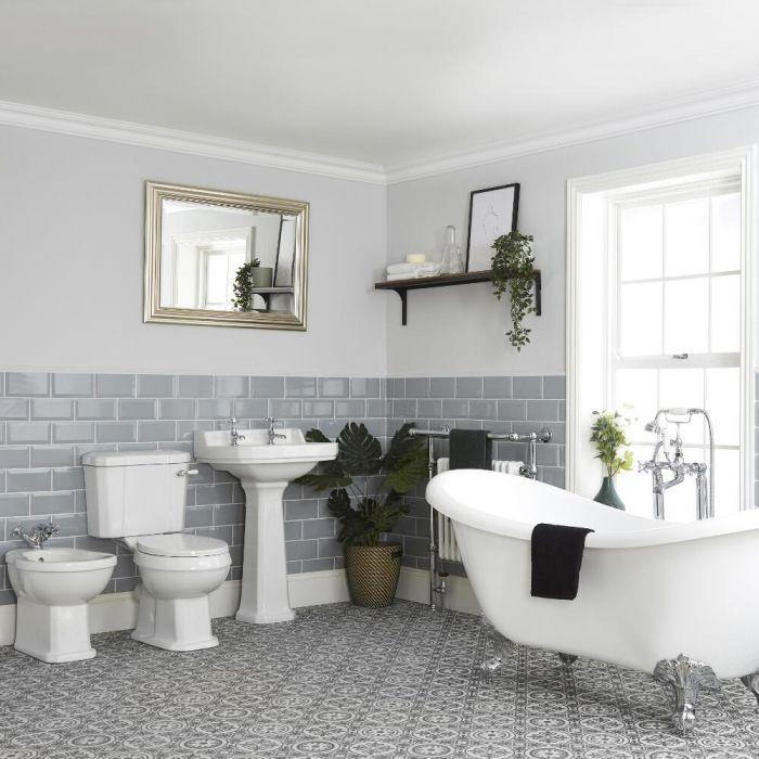 Traditionelle Badeinrichtung mit freistehender Wanne, WC, Standwaschbecken und Bidet - Richmond