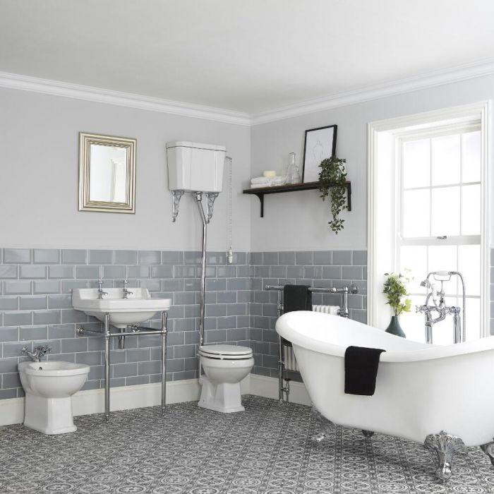Traditionelles Bad Komplettset - mit freistehender Badewanne, WC mit hohem Spülkasten, Waschbecken mit Metallgestell und Bidet – Richmond