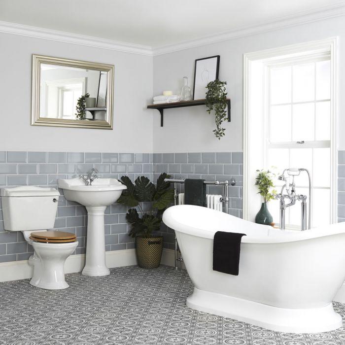Traditionelle Badausstattung mit freistehender Badewanne, WC und Säulenwaschbecken - Ryther