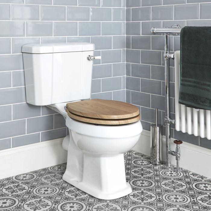Weiße Stand Toilette mit aufgesetztem Spülkasten und Holzsitz - Richmond