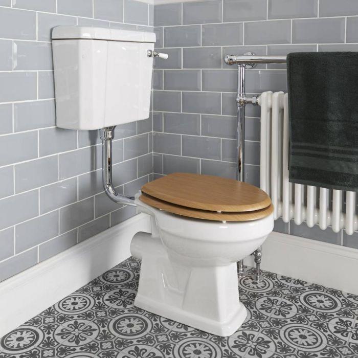 Traditionelles WC zur Bodenmontage - mit Spülkasten und Sitz in Holz-Optik - Weiß - Richmond
